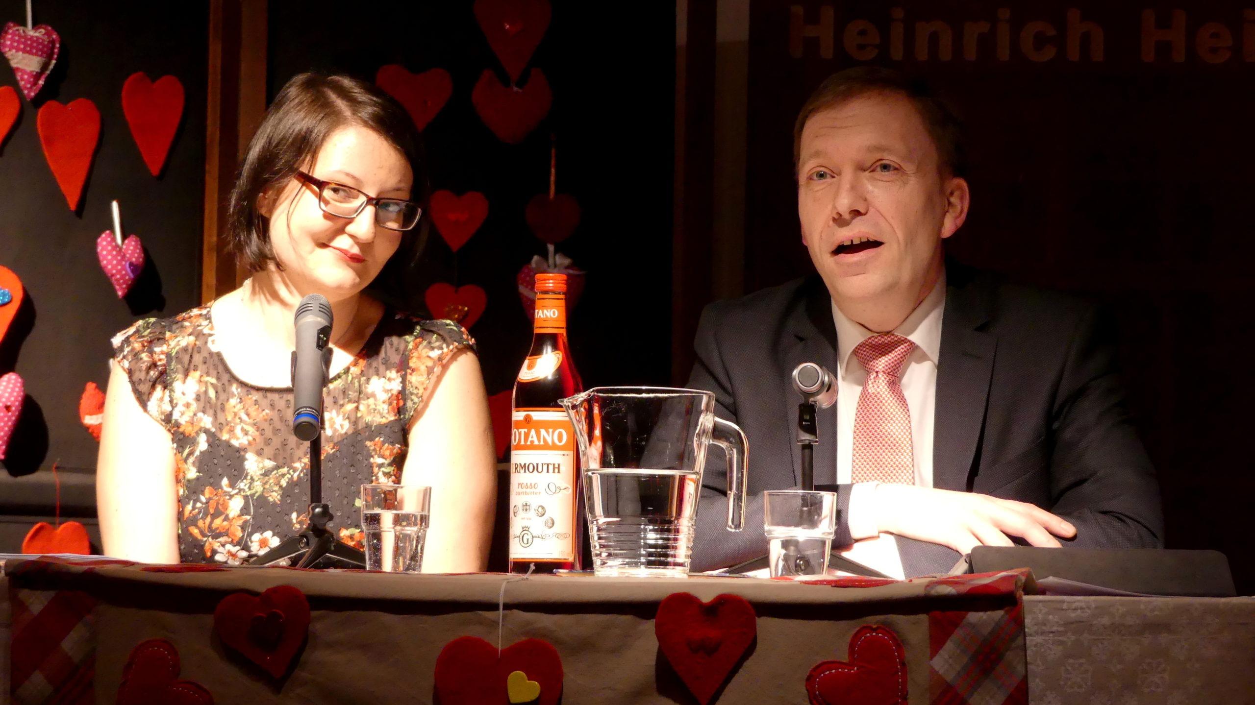 Stadtbibliothek feiert mit Lesung, Musik, Rosen und Wein den Valentinstag auf besondere Weise